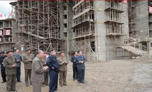 三池淵郡内の建設現場を現地指導した金正恩氏(2018年7月10日付朝鮮中央通信より)
