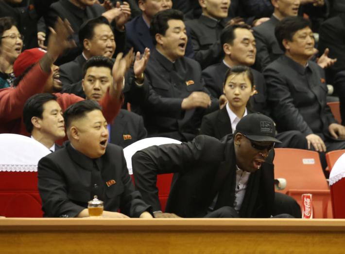2013年3月、バスケットボールの試合を観戦する金正恩氏とデニス・ロッドマン(NEWSIS)