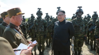 軍特殊戦部隊の訓練を指導する金正恩氏(2017年8月26日付朝鮮中央通信)