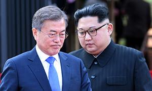 南北首脳会談で接近する文在寅大統領と金正恩委員長