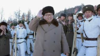 朝鮮人民軍第1045軍部隊管下山岳歩兵大隊のスキー訓練を現地指導した金正恩氏(2016年11月26日付労働新聞より)