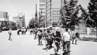 1980年5月の光州事件当時、戒厳軍兵士に連行される光州市民(5.18記念財団提供)
