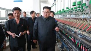 2018年7月、新義州紡績工場を視察した金正恩氏(朝鮮中央通信)