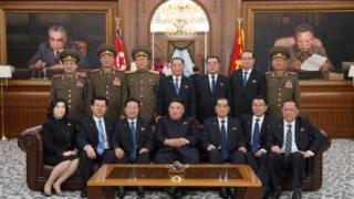 金正恩氏と国務委員会のメンバーたち(2019年4月13日付朝鮮中央通信)