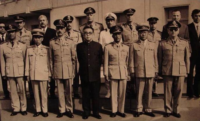 第4次中東戦争の後、北朝鮮を訪問したエジプトの軍事代表団と金日成(前列中央)