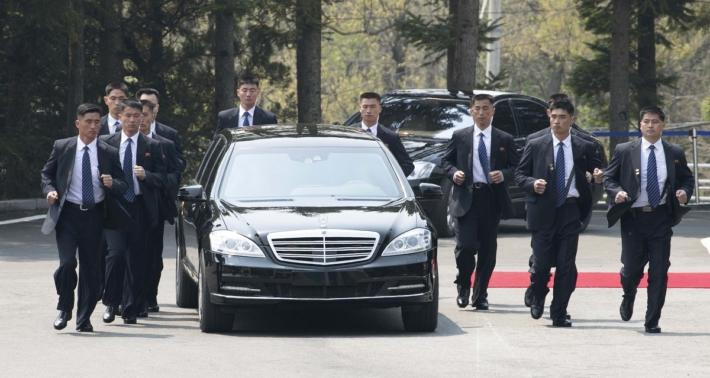 2018年4月の南北首脳会談の際、金正恩氏の専用車を囲む警護員たち(NEWSIS)